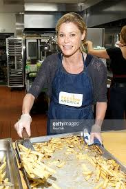cuisine julie julie bowen volunteers at the downtown s center as part of