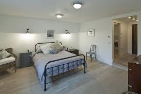 skandinavisch inspiriert schlafzimmer mit metallbett