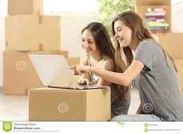 Haus Suchen Glückliche Zimmergenossen Die Auf Linie Und Beweglichem Haus