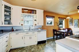 configurer cuisine pièce de cuisine avec la salle à manger dans la vieille maison image