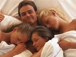 istri puas punya suami kuat kerja di atas ranjang