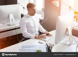 bureau photographe homme assis à l ordinateur dans le bureau photographie kegfire
