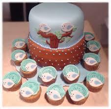 nos encanto hacer este hermoso pastel a juego con sus cupcakes de