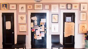 how to do a gallery wall interior designers share tips on curating a gallery wall coveteur