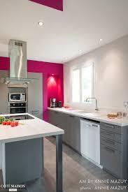 couleur cuisine mur grande cuisine équipée blanche et grise en majorité certains murs