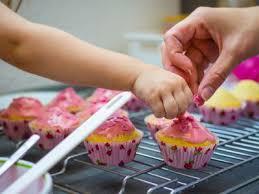 cuisiner avec des enfants loisirs en famille cuisiner avec enfant un bonheur