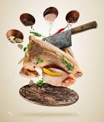 cuisiner cru poulet entier cru avec ingrédients pour cuisiner servi sur planche