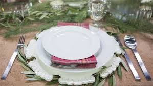 Table Setting Chargers - chip and joanna gaines from u0027fixer upper u0027 show holiday decor ideas