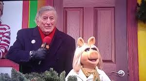 love at the thanksgiving day parade tony bennett and miss piggy singing at the thanksgiving day parade