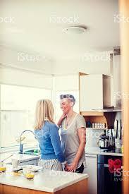 lesbienne dans la cuisine jeunes lesbiennes romancing de cuisine photos et plus d images de