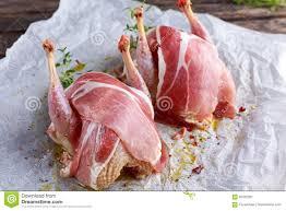 cuisiner une perdrix perdrix chevronnées crues prêtes à cuisiner avec le lard sur le