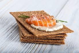 canape saumon canape saumon fumé et craquelins photographie ffphoto 77454434