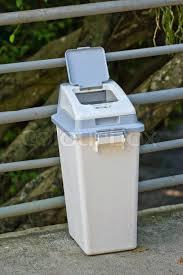 badezimmer mã lleimer moderne mulleimer stock bild moderne ma 1 4 lleimer moderne