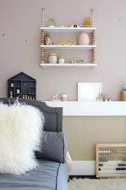 etagere chambre enfants la chambre bébé de maysoon de décoration pour maman et enfant
