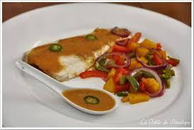 cuisiner le bar de ligne bar de ligne à la mangue et aux poivrons sauce pimentée la table
