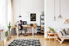 bureau loft industriel fille assise au bureau dans un intérieur de loft lumineux et