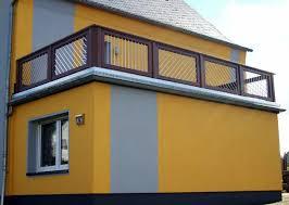 holzbelag balkon balkongeländer aus holz mit aluminiumstäben modern balkon