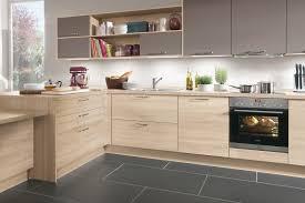 aviva cuisine clair ambré ou sombre le bois fait entrée dans la cuisine