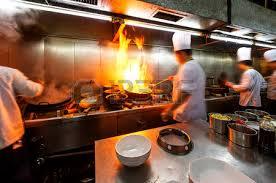 travailler en cuisine affluence cuisine une allée étroite le chef travailler banque d