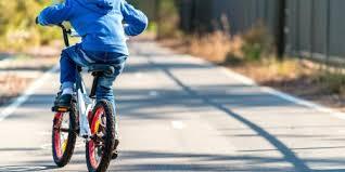 si e bebe velo vélo enfant l enfant apprend à faire du vélo avec une draisienne