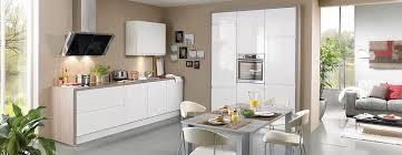 hotte de cuisine blanche cuisine blanche laquée avec hotte design éclairée photo 8 15 le