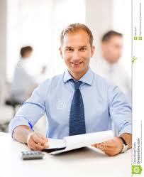 affaires de bureau homme d affaires avec le carnet et la calculatrice dans le bureau