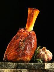 comment cuisiner le jarret de veau saler et poivrer le jarret éplucher les légumes hacher les