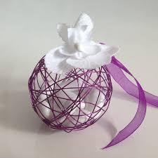 drag es mariage dragées mariage boule métallique violette avec orchidée