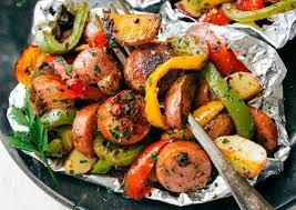 cuisiner des saucisses recette facile de papillotes de saucisses italiennes et de légumes
