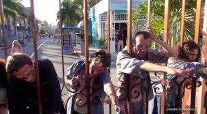 halloween horror nights run the walking dead zombie walkers rush the front gate at halloween