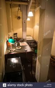 sous le bureau de la secretaire prix 61a gauche le bureau du secrétaire privé au churchill war