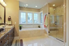 bodenbelã ge badezimmer luxus badezimmer mit granit arbeitsplatten und bodenbeläge