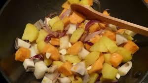 cuisiner l igname wok de patates douces pommes de terre et igname recette par gourmicom