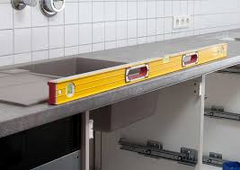 comment fixer un meuble de cuisine au mur ment fixer un plan de travail au mur maison design bahbe sur