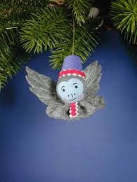 oz scarecrow ornament is made of a painted wooden bead and
