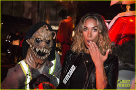 universal halloween horror nights demi lovato u0026 tori kelly look scared at halloween horror nights