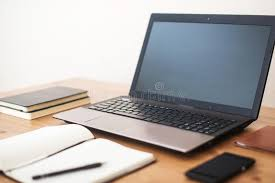 ordinateur portable ou de bureau lieu de travail de bureau avec l ordinateur portable le téléphone