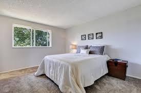 moquette chambre à coucher grand lit blanc dans la chambre à coucher simple avec la moquette
