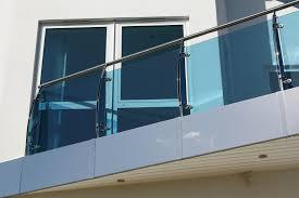 seitenschutz balkon windschutz für den balkon es geht auch transparent