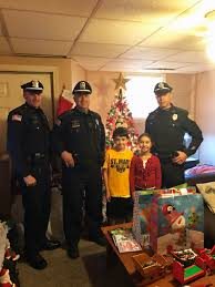 warren police officers spread christmas joy rhodybeat