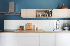 cuisine bleue et blanche cuisine blanche mur bleu canard mobilier décoration