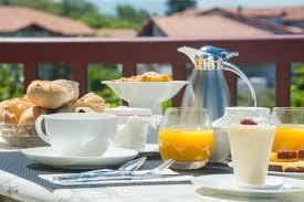 chambre et petit dejeuner petit déjeuner vue mer chambre d hôtes pays basque bista eder