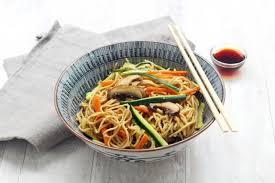 comment cuisiner des nouilles recette wok de nouilles sautées aux légumes et chignons en pas