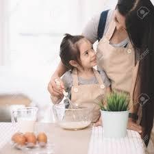 mere et fille cuisine mère et fille utilisant un rouleau de roulement ensemble dans la