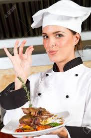 chef de cuisine femme chef de femme présentant des aliments dans la cuisine banque d