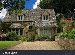 típica casa de campo inglesa muros e paredes de pedras telhado