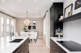 cuisine blanche parquet dosseret gris uni armoire de cuisine blanche parquet en pin