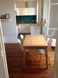 credence cuisine blanc laqué cuisine ouverte crédence bleu canard plan de travail bois hêtre