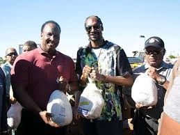 free thanksgiving turkey give away snoop dogg hands out turkeys to the needy in inglewood