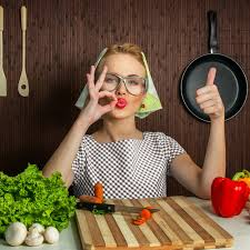femme qui cuisine 7 astuces pour gagner du temps en cuisine magazine avantages